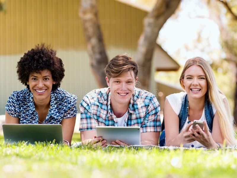 Sommar-, internet-, utbildnings-, universitetsområde- och studentbegrepp arkivfoton