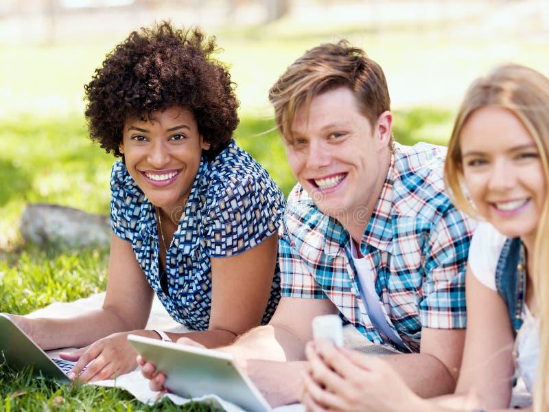 Sommar-, internet-, utbildnings-, universitetsområde- och studentbegrepp royaltyfri fotografi