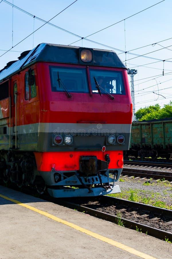 Sommar Lokomotivet g?r p? st?nger Ryskt drev Rysk j?rnv?g fotografering för bildbyråer
