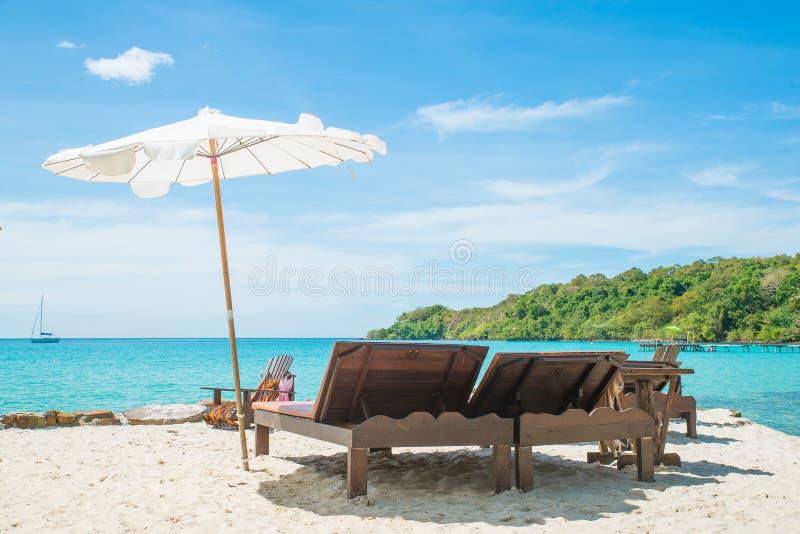Sommar-, lopp-, semester- och feriebegrepp - strandstol på th royaltyfri foto