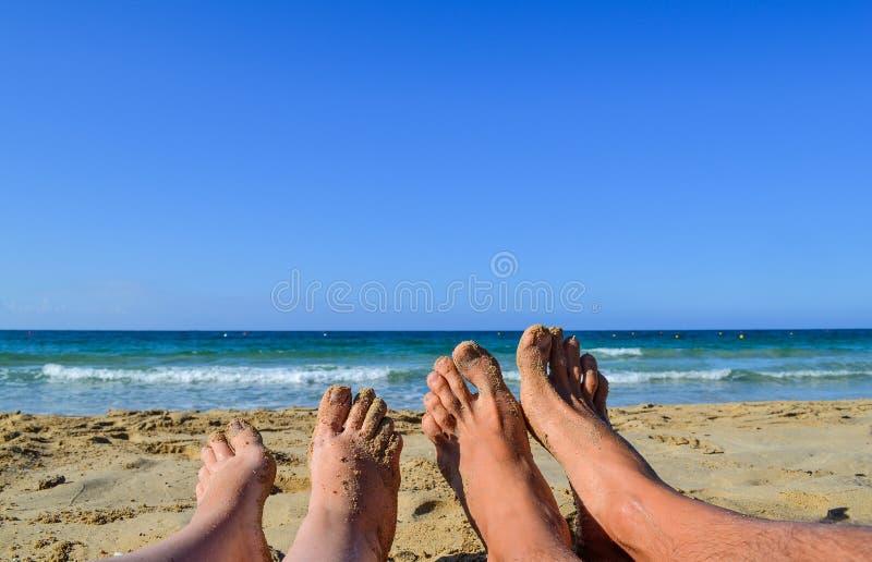 Sommar och strandbegreppet - koppla ihop att ligga på stranden arkivfoto
