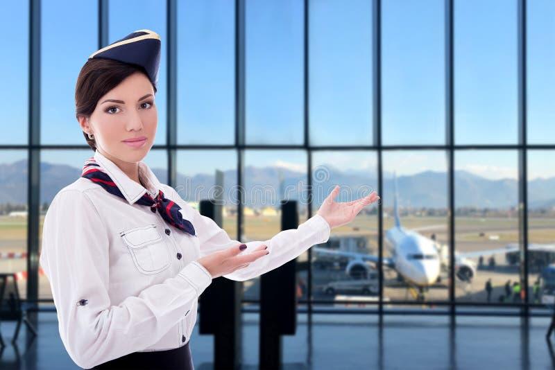 Sommar, semester och loppbegrepp - v?lkomnande ombord - ung stewardess i flygplats royaltyfri bild