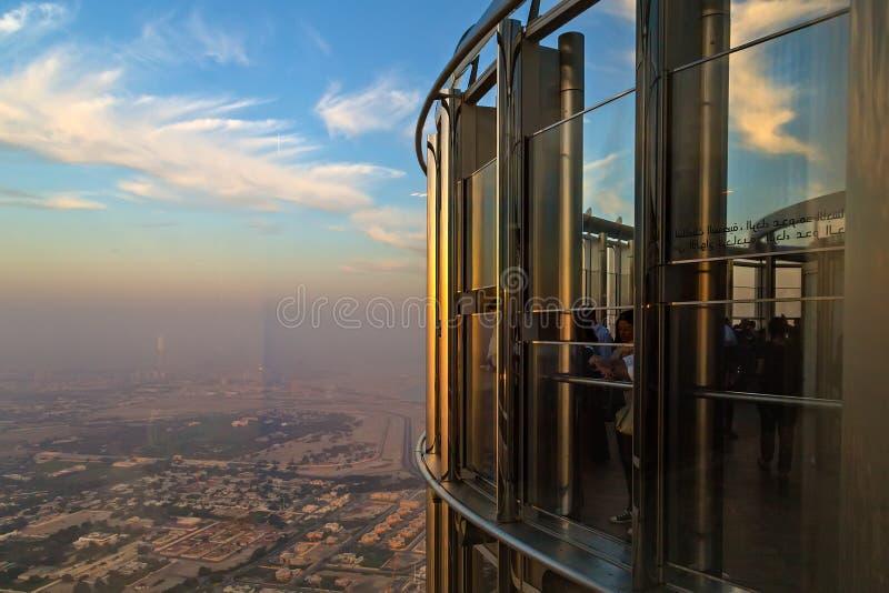 Sommar semestrar den Burj Khalifa-sikten från bästa dragning turnerar av i stadens centrum Dubai royaltyfria foton