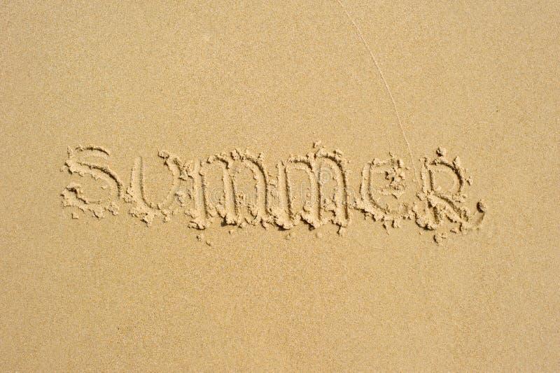 `-Sommar` som är skriftlig i sanden fotografering för bildbyråer