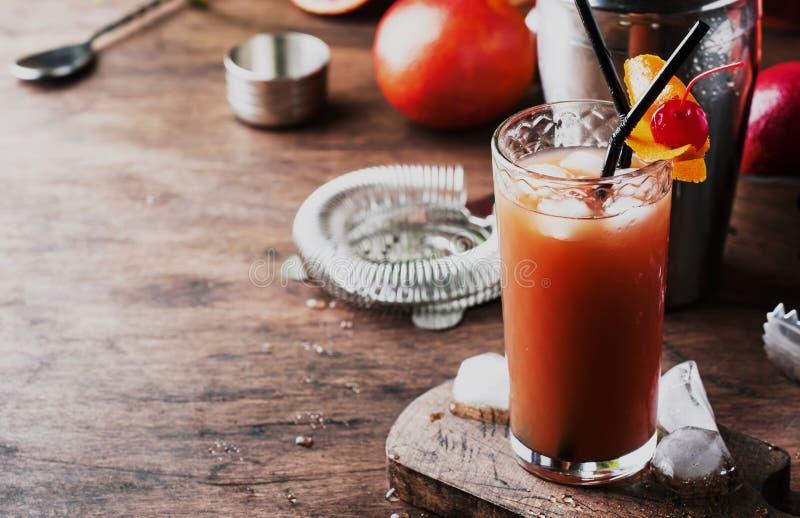 Sommar som f?rnyar den l?ga alkoholiserade coctailen med vodka, orange fruktsaft, den blodiga apelsinen och iskuber table tr? Sel arkivbilder