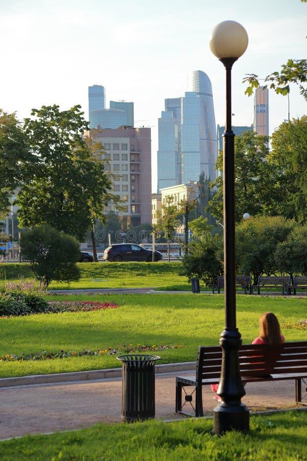 Sommar vilar i den Novodevichy trädgården som förbiser tornen av Moskva-staden royaltyfri bild