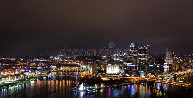 Sommaraftonpanorama av i stadens centrum Pittsburgh, Pennsylvania royaltyfri foto