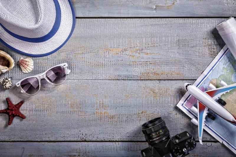 Sommarbakgrund, semester, turism, sugrörhatt, solglasögon, strandhäftklammermatare, träbakgrund Bästa vew kopiera avstånd royaltyfria foton