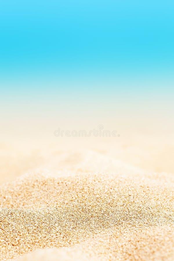 Sommarbakgrund - Sunny Beach med guld- sand arkivbild