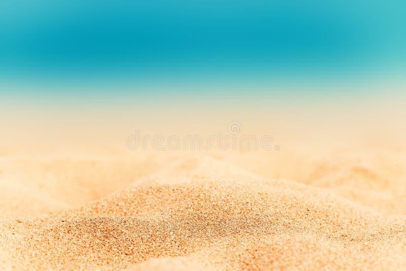Sommarbakgrund - Sunny Beach med guld- sand arkivbilder