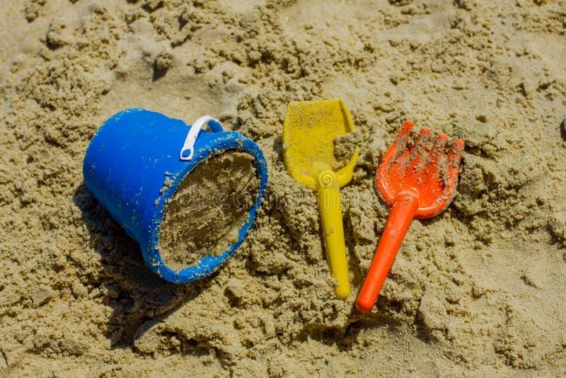 Sommarbarns leksaker för strand arkivfoton
