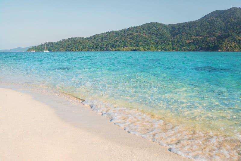 Sommarbegreppet, den mjuka vågen svepte den sandiga stranden Koh Lipe Beach Thailand, sommarsemester royaltyfria foton