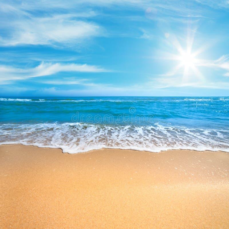Sommarbegreppsbakgrund - havsstrand med solig blå himmel arkivfoto