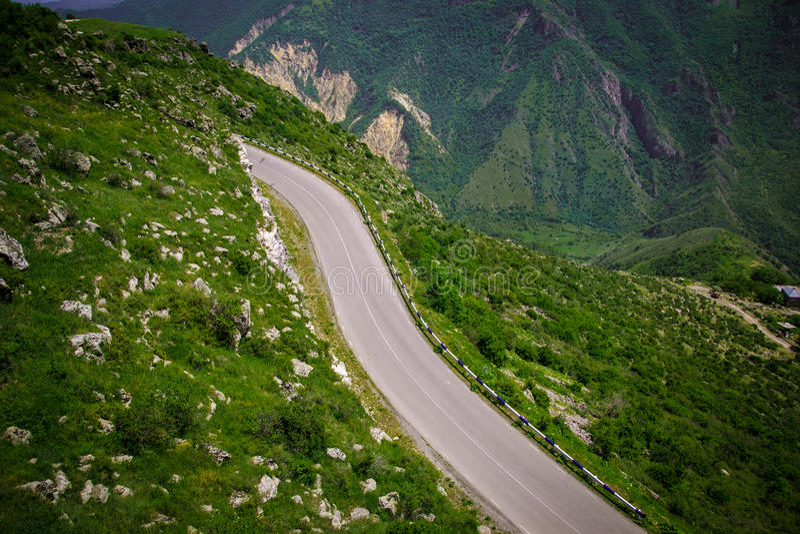 Sommarbergväg, Armenien, Tatev royaltyfri foto