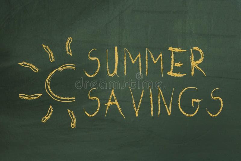 Sommarbesparingtext på den gröna svart tavlan arkivbilder