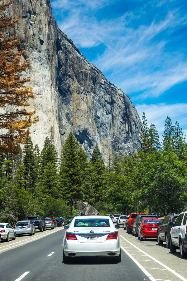 Sommarbilen turnerar av naturligt USA parkerar Turist- koloni på foten av klippan för El Capitan royaltyfria bilder