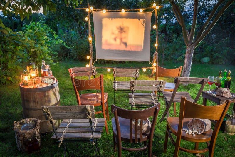 Sommarbio med den retro projektorn i trädgården arkivbilder