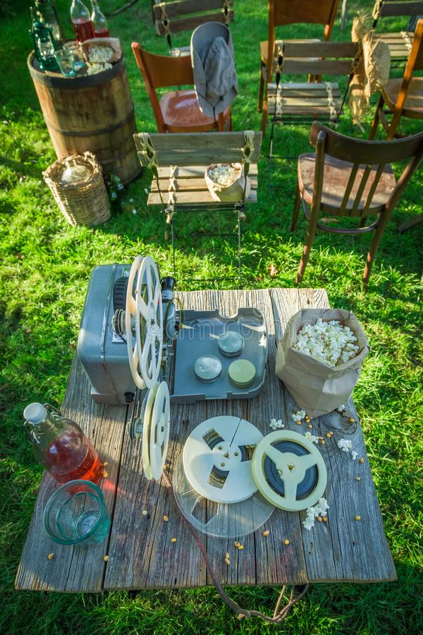 Sommarbio med drinkar och popcorn i trädgården royaltyfri foto
