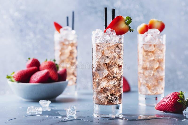 Sommarcocktail med jordgubbar och is arkivfoton