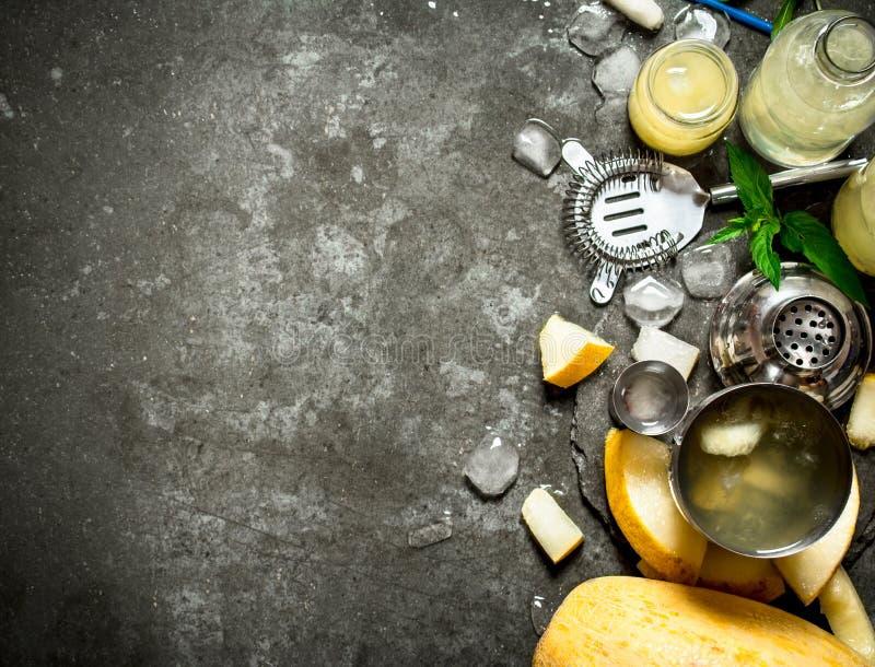Sommarcoctail av melon, mintkaramellen och rom med is royaltyfri fotografi