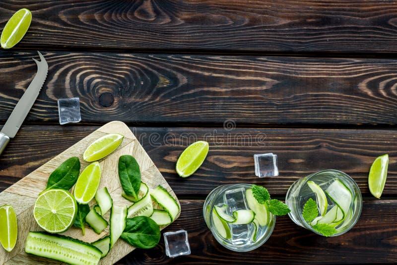 Sommarcoctailar för friskhet med limefrukt, mintkaramellen, spenat, gurkan och is på vit åtlöje för bästa sikt för bakgrund upp arkivfoto