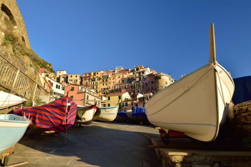 Sommardag i Manarola, Cinque Terre, Italien, fiskarefartyg royaltyfri foto