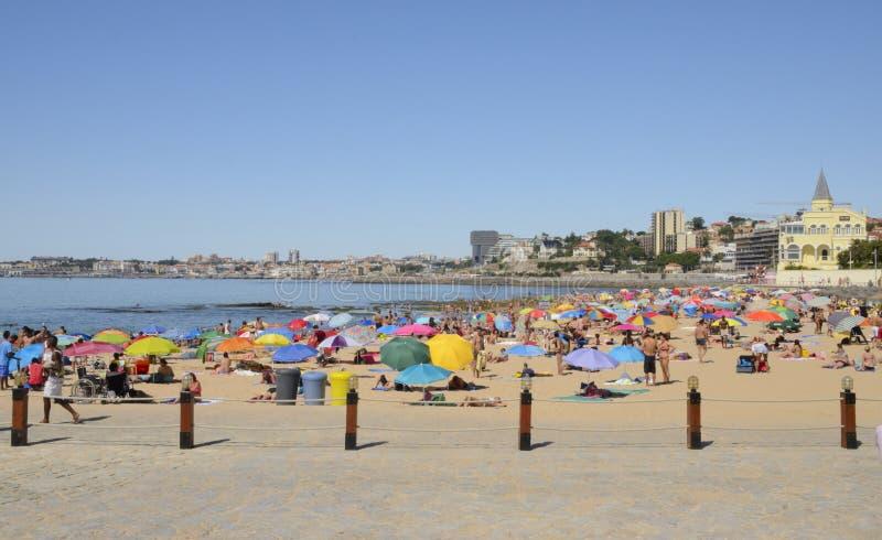 Sommardag i stranden av Estoril arkivfoton