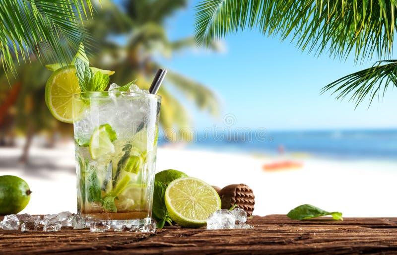 Sommardrink på stranden royaltyfria bilder