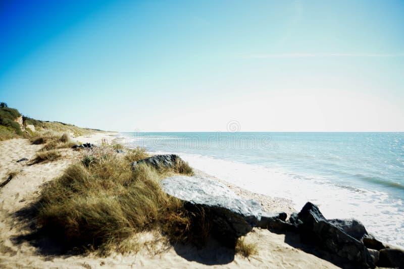 Sommareftermiddag som är beachfront i Frankrike arkivfoto