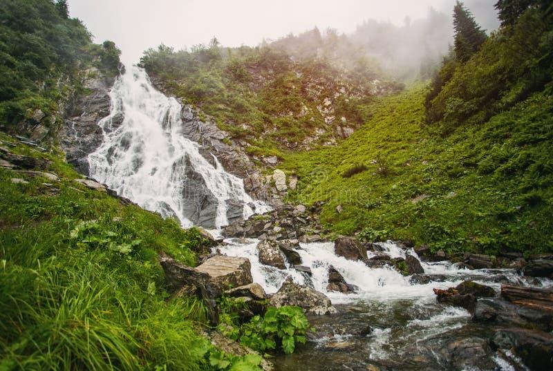 SOMMAREN landskap Stenig vattenfall i bergen Balea vattenfall royaltyfri bild