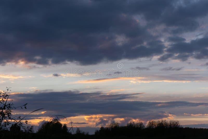 SOMMAREN landskap ?ver flodsolnedg?ng I mest aftnar kan du se en storartad solnedgång över den Kama floden Ryssland Det finns arkivfoton