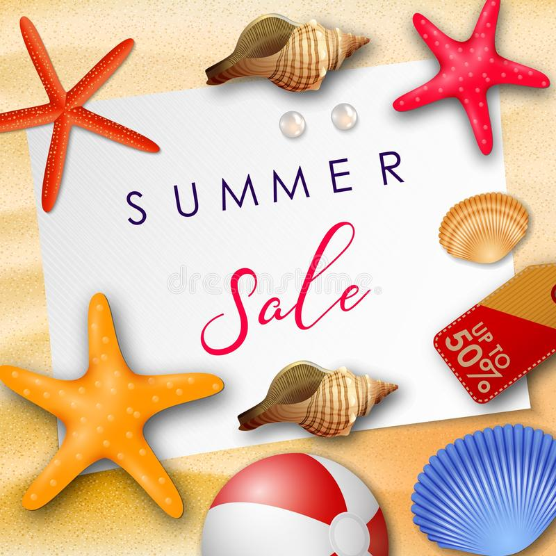 Sommarförsäljningsbakgrund med vitbok för text, snäckskal, strandboll, pärlor och prislapp vektor illustrationer