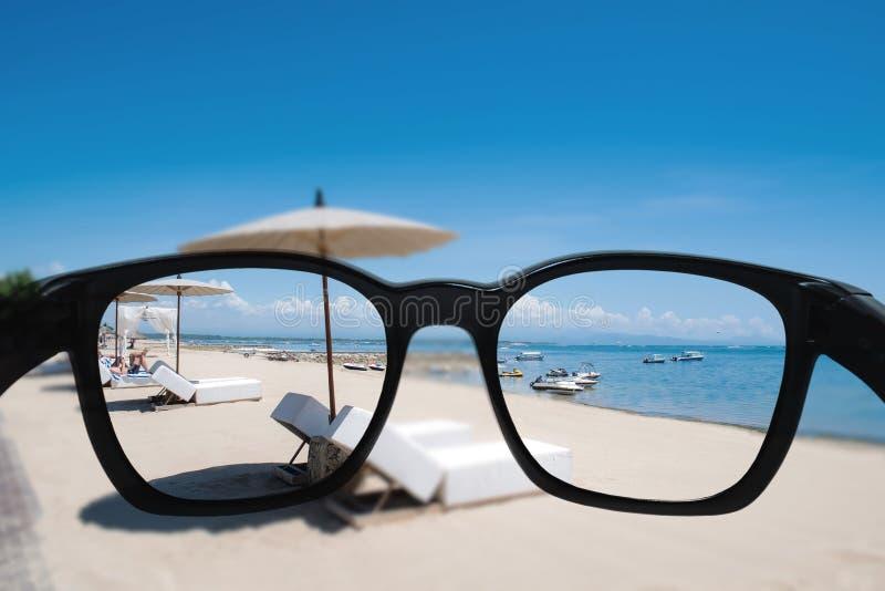 Sommarferie och semester Se till och med solglasögonlinsen till den härliga stranden i sommar royaltyfria bilder