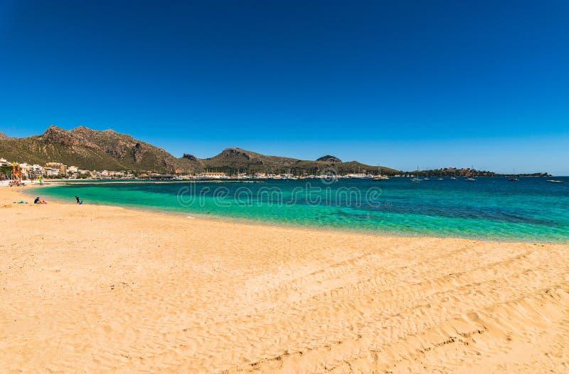 Sommarferie på stranden av Port de Pollensa på den Majorca ön, Spanien royaltyfri bild
