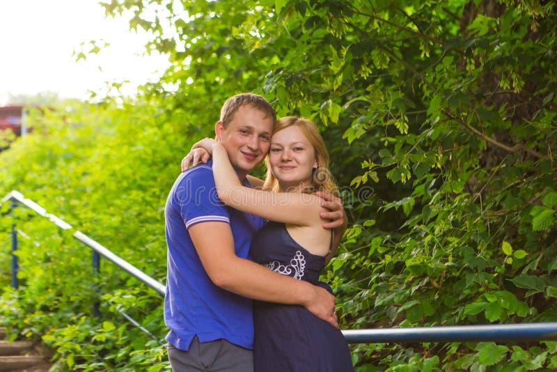 Sommarferier, förälskelse, romans och folkbegrepp - det lyckliga le barnet kopplar ihop att krama utomhus royaltyfri foto
