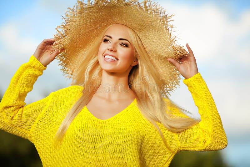 Sommarferier och semesterbegrepp, flicka royaltyfria bilder