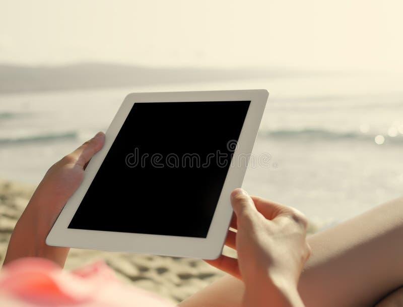 Sommarferier, semester, teknologi och internet royaltyfria foton