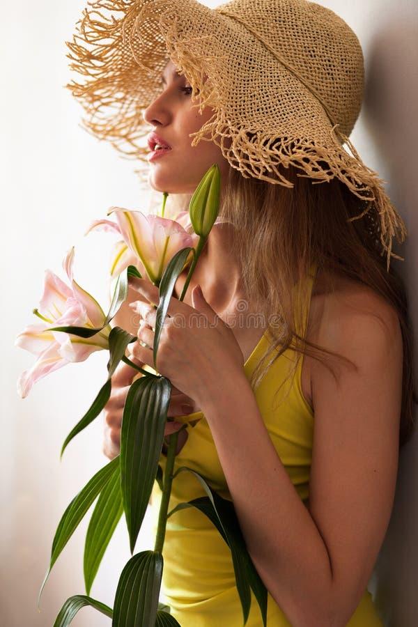 Sommarflicka med liljan royaltyfri bild