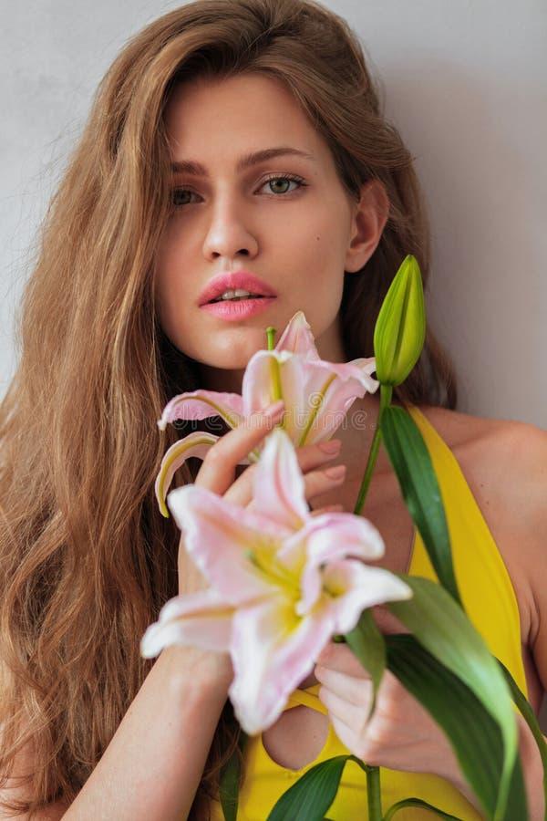 Sommarflicka med liljan arkivfoto