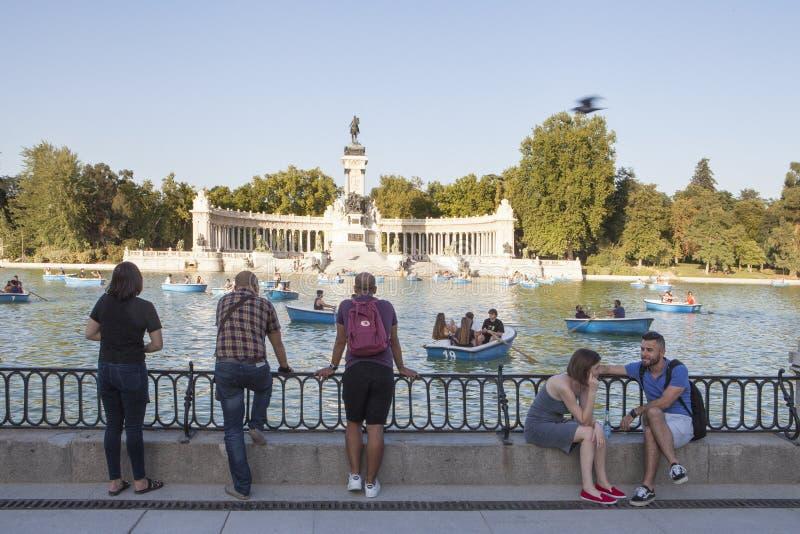Sommarfolkmassan på blå himmel i Retiro parkerar, Madrid royaltyfri fotografi