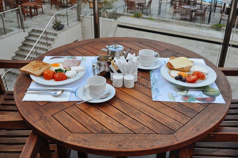 Sommarfrukost för två i ett kafé royaltyfria foton