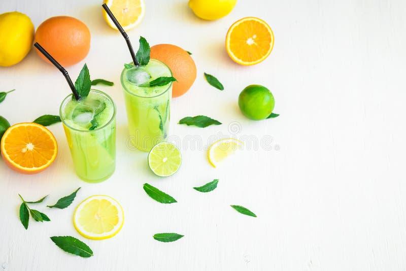 Sommarfruktcoctail, uppfriskande drink med gurkan, limefrukter och apelsin fotografering för bildbyråer