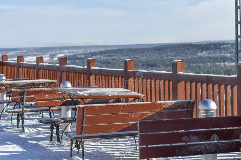 Sommargatakafét som täckas med insnöad vinter, där är ingen kraft fotografering för bildbyråer