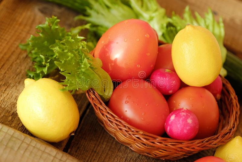 Sommargrönsaker och frukter på en trätabell royaltyfri bild