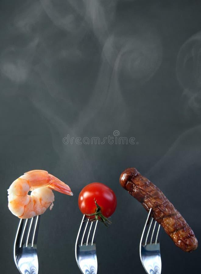 Sommargrillfestingredienser på en gaffel arkivfoto