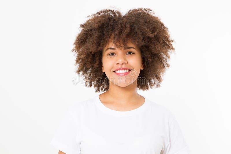 Sommargyckeltid Stående av den mörkhyade kvinnan för ung härlig brunett med lockigt hår som isoleras på vit bakgrund Flickaleende royaltyfri bild