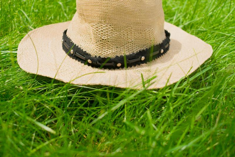 Sommarhatt från solen som ligger på gräset royaltyfri fotografi