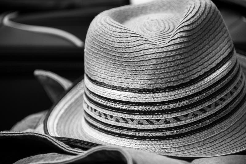 Sommarhatt som packas upp för semester arkivbilder