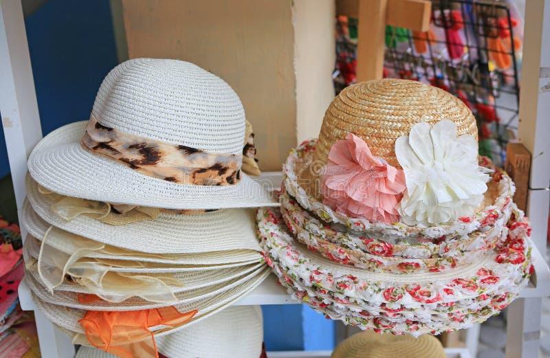 Sommarhattar som är till salu i ett utomhus- stånd royaltyfri foto