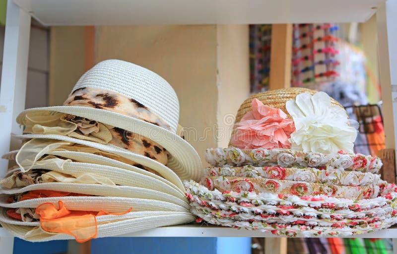 Sommarhattar som är till salu i ett utomhus- stånd arkivfoto